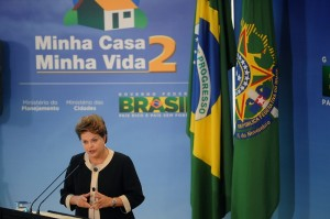 Dilma em evento do programa habitacional cuja credibilidade fica abalada com denúncias de favorecimento a petistas.